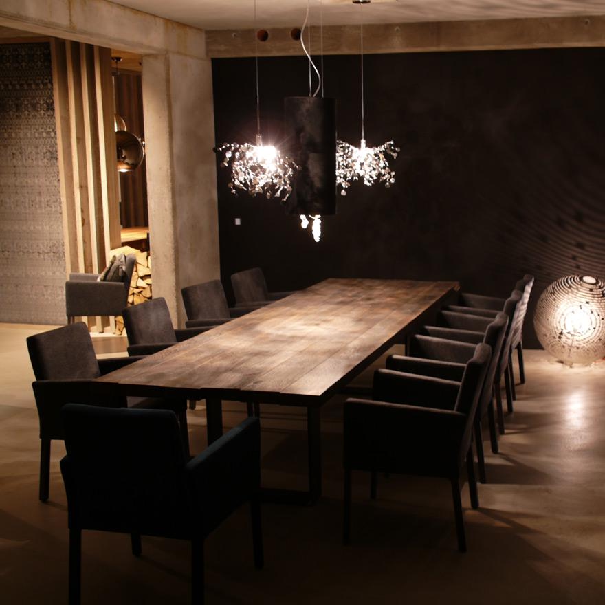 Hochwertiger Massivholztisch mit eleganten Stühlen und Lampen