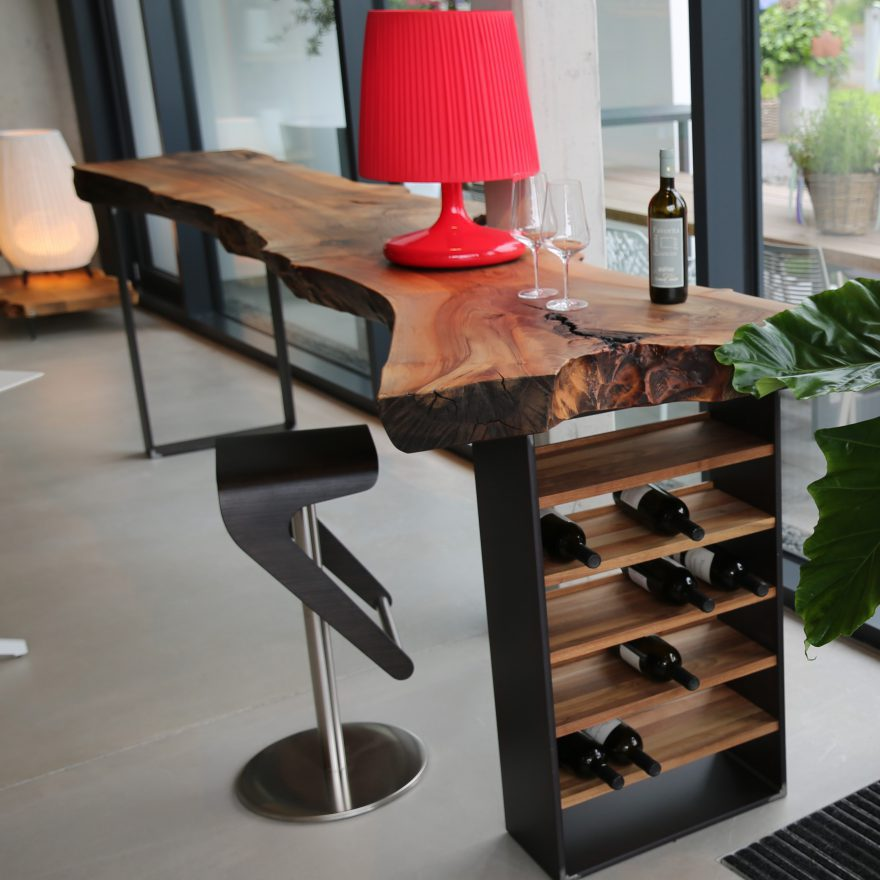 Massivholztisch als Weinbar mit massiver Nussbaumplatte
