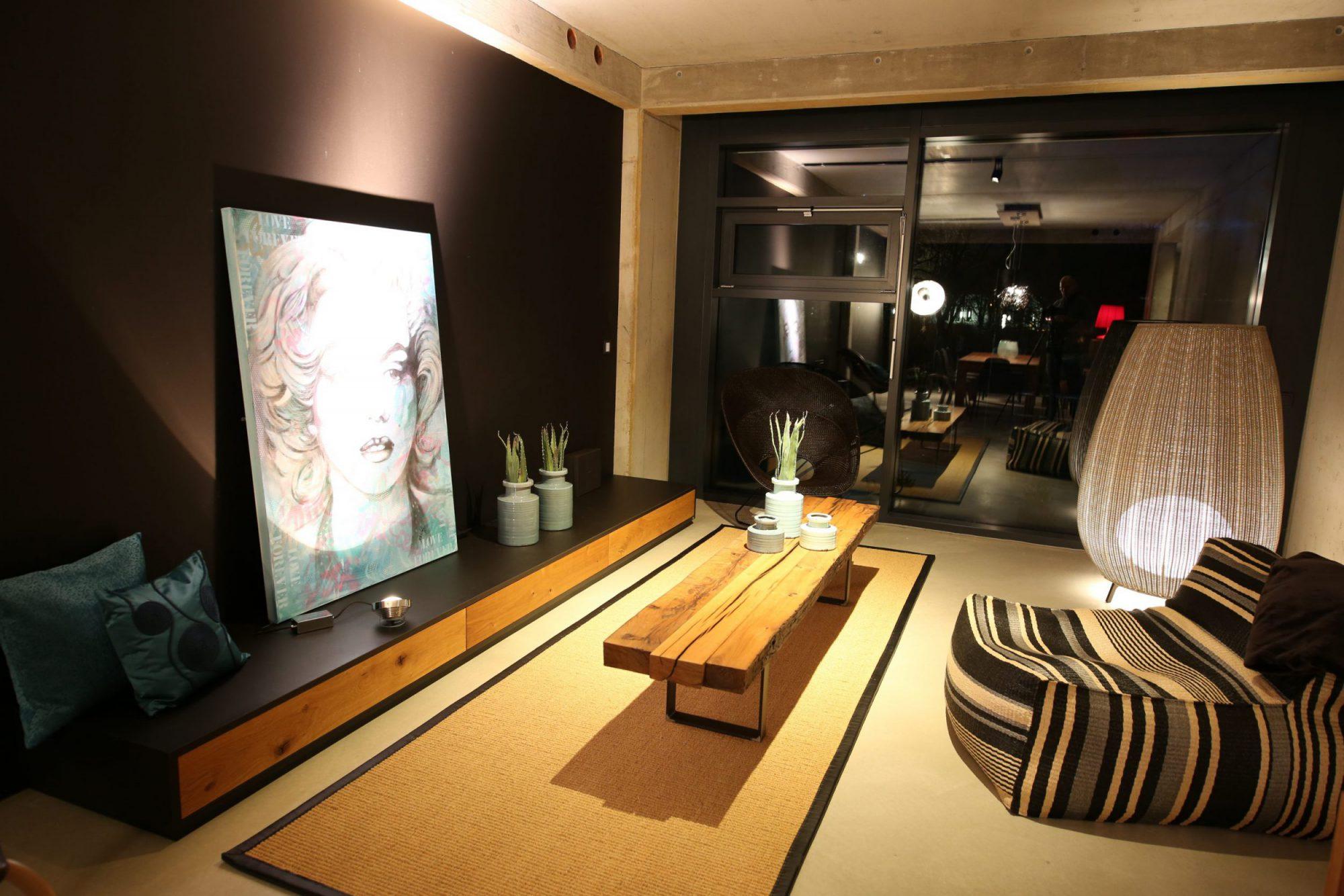 Wohnzimmertisch aus Altholz (Eiche) | Teppich aus Kokosfaser in Echtledereinfassung